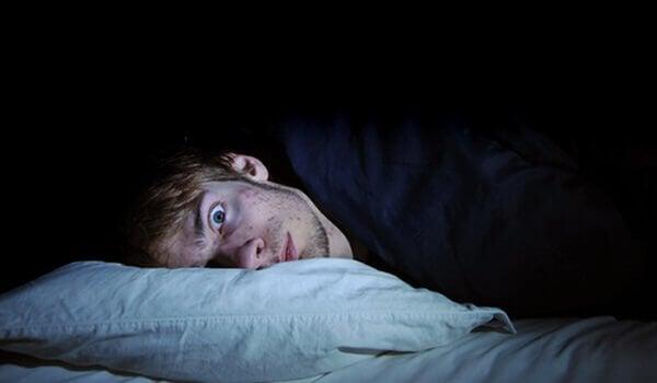 Ragazzo che cerca di dormire, ma non ci riesce