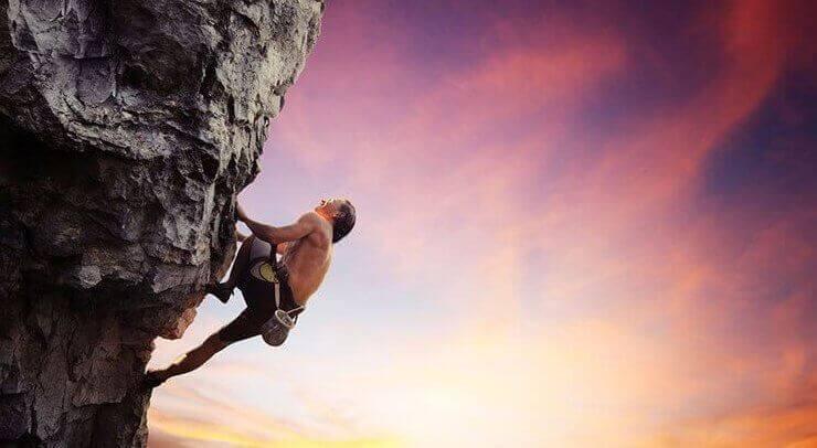 Uomo che scala una montagna