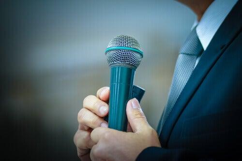 Uomo con un microfono in mano