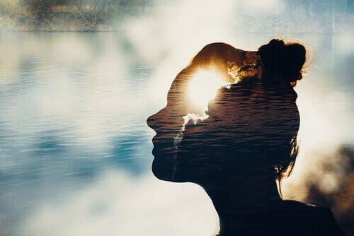 Volto di donna riflesso sul lago