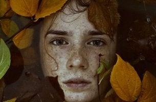 Adolescente circondato da foglie sviluppo dell'identità durante l'adolescenza