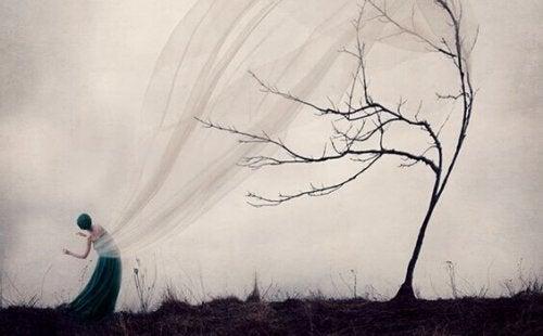 Donna e albero spoglio