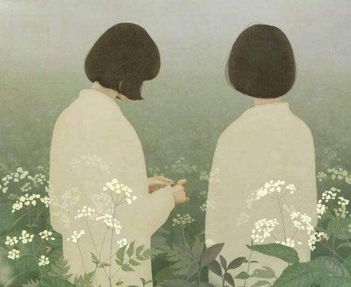 Donne di spalle tra fiori