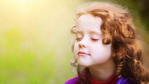 Bambina con gli occhi chiusi