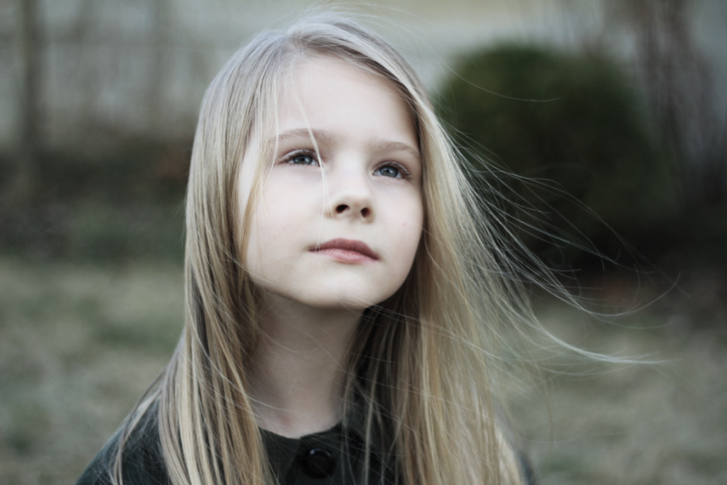 Bambina con i capelli al vento