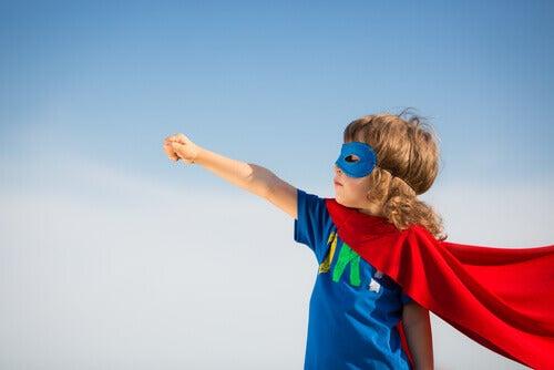 Bambina vestita da supereroe, rappresentando la mindfulness per gestire le emozioni