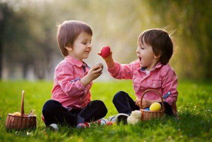 Bambini che fanno un picnic