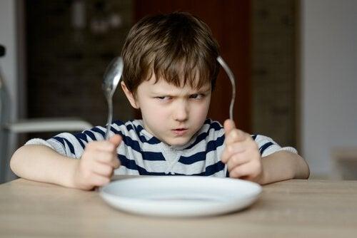 Bambino tiranno arrabbiato e che non vuole mangiare