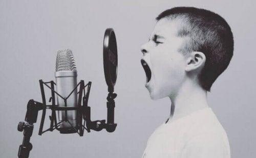 Bambino che canta davanti a microfono