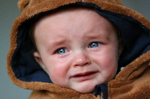 Bambino con gli occhi azzurri che piange