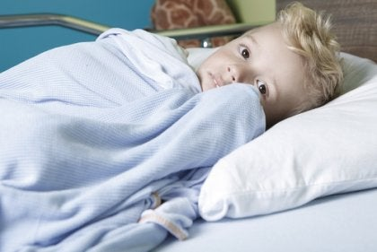 Bambino su letto di ospedale