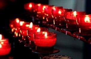 Candele rosse, simbolo religioso
