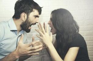 Coppia che discute per la lotta di potere nella coppia