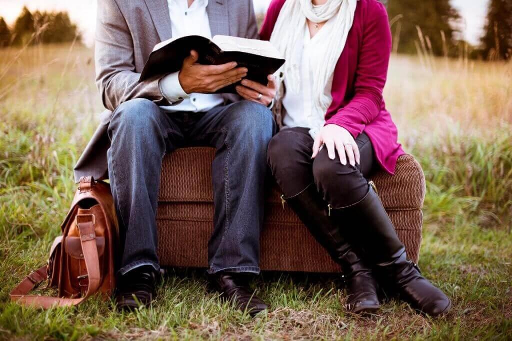 Coppia che legge un libro