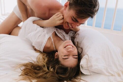 Una coppia che si fa il solletico
