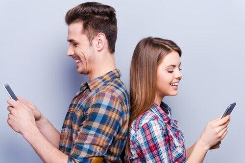 Ragazzi di spalle con i cellulari