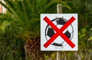 Cartello che vieta di giocare a palla per i bambini