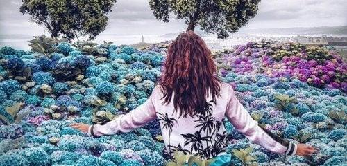 Donna che cammina in mezzo ai fiori