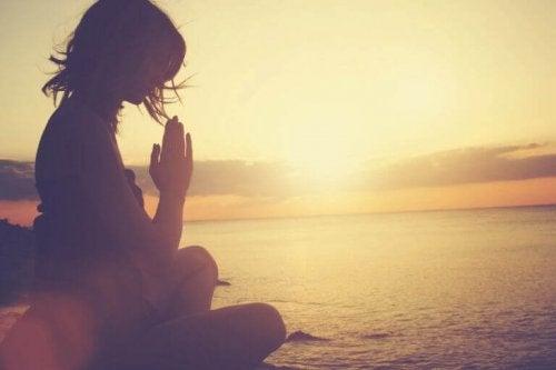 Donna che pratica mindfulness grazie ai libri per superare la depressione