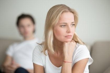 Donna che riflette dopo una lite di coppia