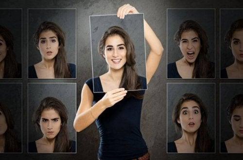 Donna che sceglie tra varie espressioni facciali come esempio di prima impressione