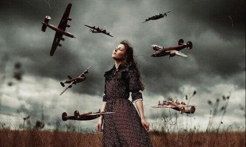 Dona in mezzo a un campo e aerei di guerra