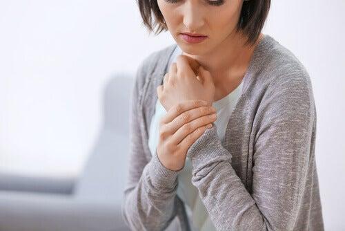 Donna con dolore al corpo