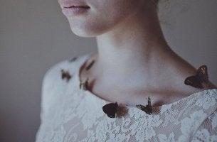 Donna con farfalle sulla maglietta che vuole superare la depressione