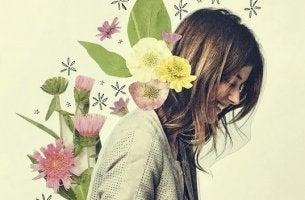 Donna felice con fiori che ha capito che l'atteggiamento è la forza più potente