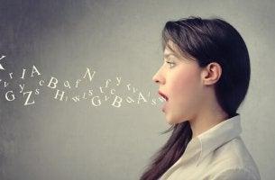 Donna con lettere e il tono di voce