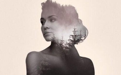 Una donna con la natura dentro il corpo