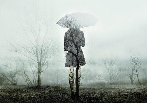 Profilo di donna con ombrello in autunno
