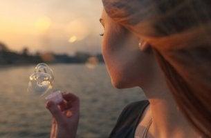Donna che fa le bolle di sapone