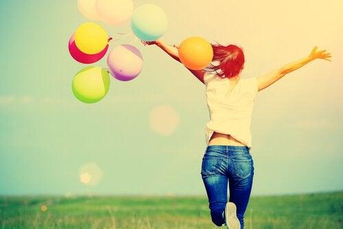 Donna felice con palloncini colorati