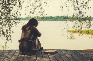 Donna che vive il dolore dopo il termine di una relazione