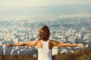 Donna con le braccia aperte che ha imparato come sentirsi motivati