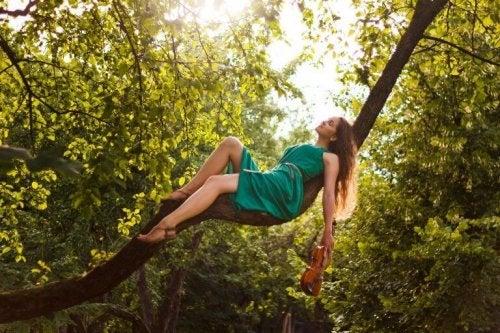 Donna sopra un albero