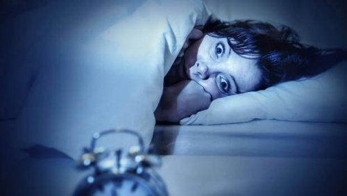 Donna sveglia a letto con l'ansia per la paralisi del sonno