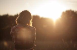 Una donna triste di spalle sentire di non essere amati davvero