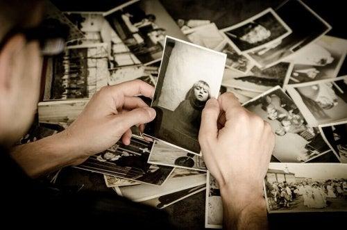 Uomo che guarda vecchie fotografie
