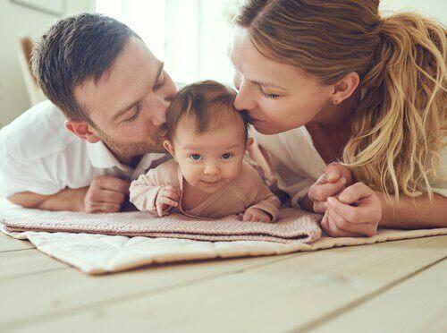 Genitori che baciano il figlio