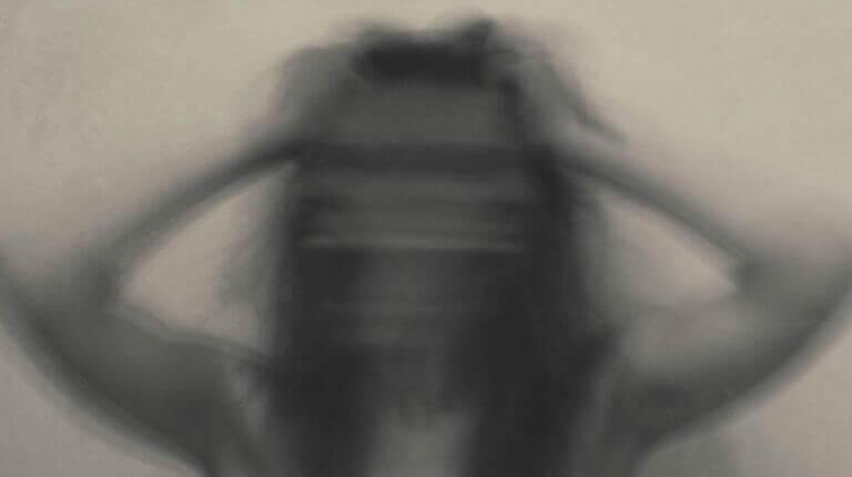 Immagine sfocata di una donna