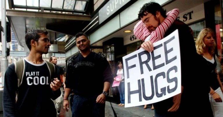Juan Mann che dà abbracci gratis