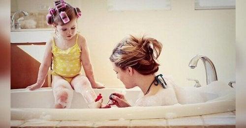 Madre e figlia nella vasca da bagno