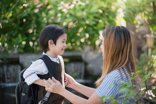 Bambino che inizia il suo primo giorno di scuola