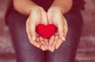 Mani con un cuore e comunicazione non violenta