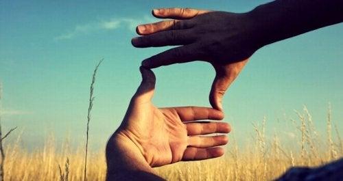 Mani che creano un'inquadratura e rappresentano il lavoro sul pensiero divergente