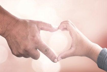 Mani di padre e figlio che formano un cuore