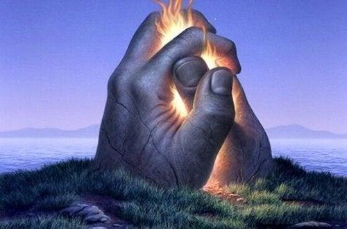 mani si stringono con fuoco