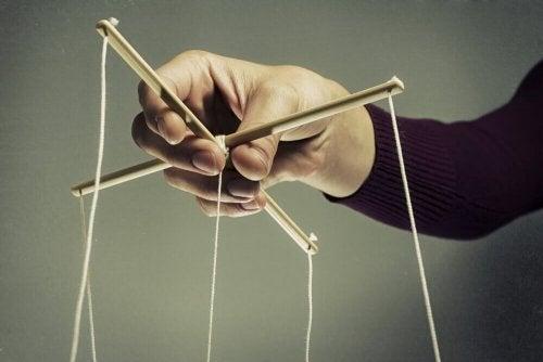 Fili di burattini simbolo delle tecniche di manipolazione